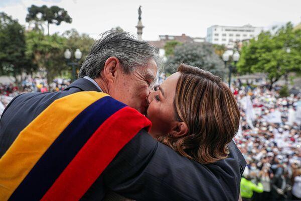 El nuevo presidente de Ecuador, Guillermo Lasso, abraza a la primera dama María de Lourdes Alcívar desde el balcón del Palacio de Carondelet luego de jurar, en Quito, Ecuador, el 24 de mayo. - Sputnik Mundo