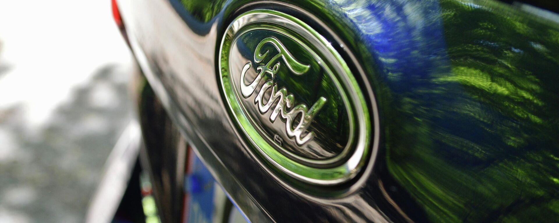 El logotipo de Ford en un vehículo de la marca - Sputnik Mundo, 1920, 28.05.2021
