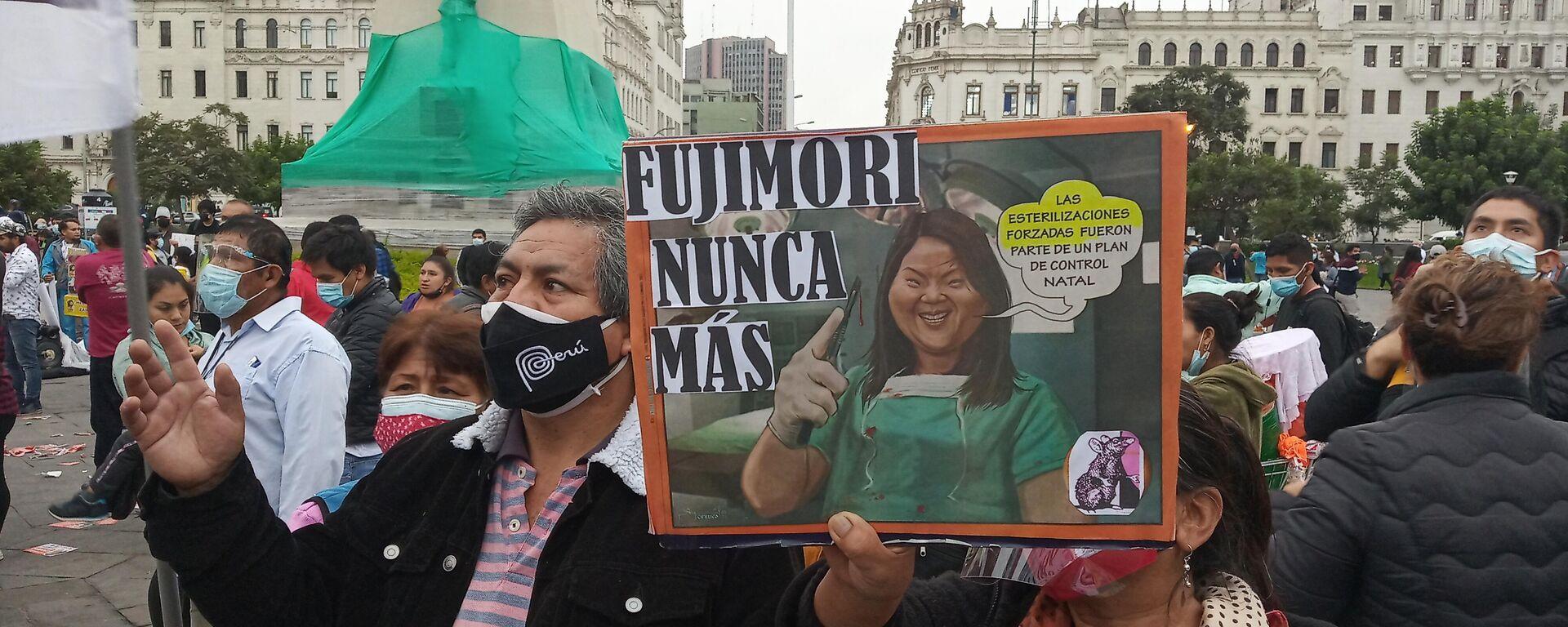 Rosa Elvira sosteniendo un cartel contra Keiko Fujimori - Sputnik Mundo, 1920, 25.06.2021