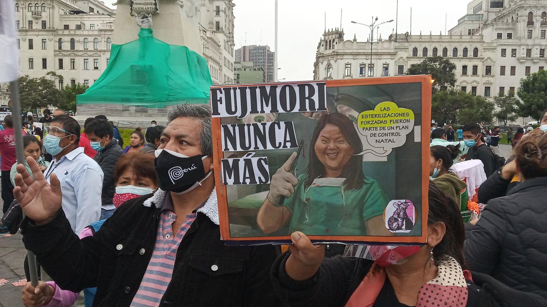Rosa Elvira sosteniendo un cartel contra Keiko Fujimori - Sputnik Mundo, 1920, 30.05.2021