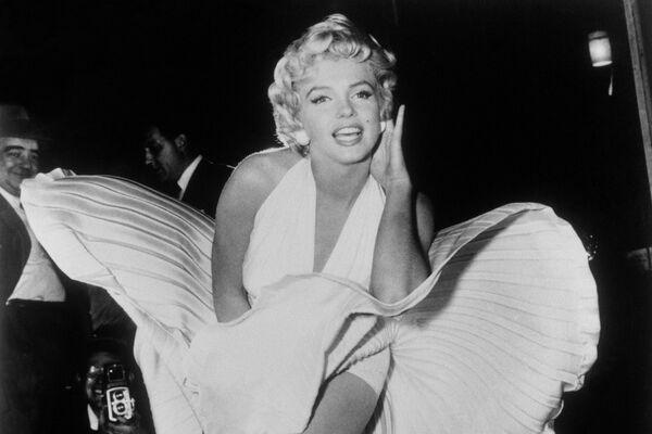 Esta famosa escena de la película de comedia 'The Seven Year Itch' (titulada 'La comezón del séptimo año' en México y Argentina y 'La tentación vive arriba' en España) primero fue filmada en Manhattan. A pesar de que el rodaje tuvo lugar por la noche, una multitud se congregó frente al set, por lo que Monroe se sintió ansiosa y comenzó a olvidar sus líneas. Como resultado, el rodaje se trasladó a un estudio. Y el icónico vestido blanco que lució la actriz se subastó por 4,6 millones de dólares. - Sputnik Mundo