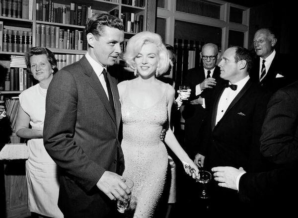 El vestido más caro de Monroe y el más caro jamás subastado —se vendió por 4,8 millones de dólares— fue bautizado como 'desnudo'. Marilyn usó el atuendo de chifón translúcido y ajustado durante la celebración del 45 cumpleaños de su supuesto amante, el presidente John F. Kennedy.  - Sputnik Mundo