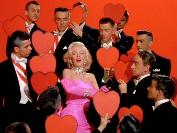 ¿Sabías que Monroe lució diamantes falsos en la mítica escena donde cantó que 'los diamantes son los mejores amigos de una chica'? Solo se le prestó un diamante verdadero por varias horas durante una campaña de promoción de la película 'Gentlemen Prefer Blondes' ('Los caballeros las prefieren rubias'). - Sputnik Mundo
