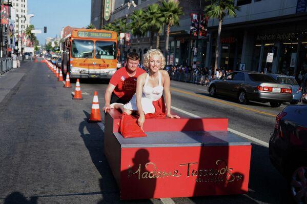 Un empleado del Museo Madame Tussauds en Hollywood transporta la figura de cera de Marilyn Monroe. - Sputnik Mundo