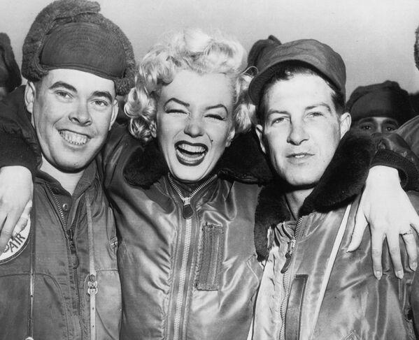 En invierno de 1954, durante la luna de miel con su segundo esposo, el beisbolista Joe DiMaggio, Monroe se trasladó de Japón a Corea del Sur para realizar una actuación ante los soldados estadounidenses en una base militar. Su aparición causó tanta emoción que los organizadores tuvieron que cancelar su sesión de firma de autógrafos. Tras dar más de dos decenas de conciertos vestida de vestidos de verano mientras en la calle hacía 0 grados, Monroe volvió a casa con una neumonía. - Sputnik Mundo