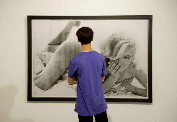 Un retrato fotográfico de Marilyn Monroe creado por Bert Stern en una exhibición celebrada en París. - Sputnik Mundo