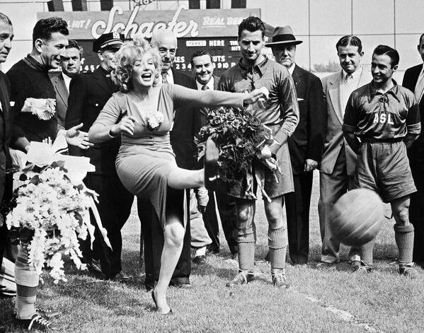 """En mayo de 1957, Monroe participó en la inauguración de un partido de fútbol entre el equipo Hapoel, de Tel Aviv, y la selección de las estrellas de la Liga Americana. Fueron los israelíes quienes pidieron que la actriz asistiera al evento. """"Como deportistas, nos gustaría ver el equipo Brooklyn Dodgers, pero como los hombres, queríamos ver a Marilyn Monroe"""", afirmaron. El equipo israelí ganó el partido 6 a 4. - Sputnik Mundo"""