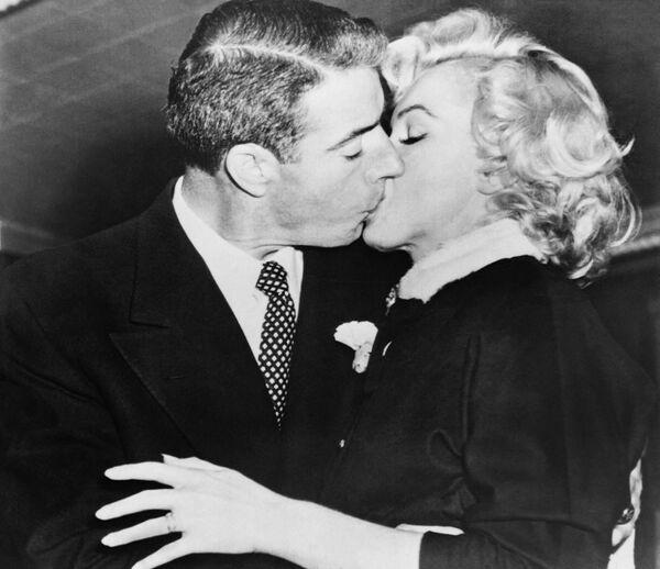 Monroe se casó por primera vez cuando solo tenía 16 años, pero el matrimonio terminó en divorcio. Pasó por el altar dos veces más: en 1954, con el beisbolista Joe DiMaggio y en 1956, con el escritor Arthur Miller, de quien se divorció en 1961. Monroe también mantuvo relaciones con los cantantes Yves Montaigne y Franc Sinatra y supuestamente con los políticos Robert y John F. Kennedy. Existe una teoría de conspiración que asegura que esta última relación derivó en la muerte de la actriz, pues no se suicidó, sino que fue asesinada por los servicios especiales de EEUU.  En la foto: Marilyn junto a su segundo esposo. - Sputnik Mundo
