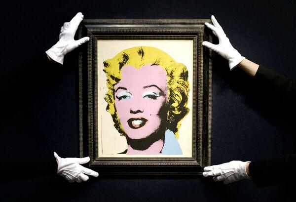 El rey del 'pop-art' Andy Warhol creó más de un centenar de retratos de Marilyn Monroe. La artista Dorothy Podber disparó contra cuatro de ellos como parte de una 'performance', después de lo cual Warhol los tituló 'Shot Marilyns'. Y un retrato de Monroe llamado 'Lemon Marilyn' que pintó justo después de su muerte fue subastado por 15 millones de dólares en 2007. A modo de comparación, fue comprado originalmente por tan solo 250 dólares. - Sputnik Mundo