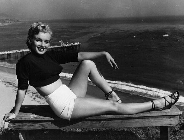 """Marilyn tenía sus propios secretos de belleza. Por ejemplo, tenía cuatro delineadores para ojos: uno negro, uno blanco, uno rojo y uno marrón. También era una defensora de las pestañas postizas que siempre aplicaba en la parte de fuera del ojo para agrandar la mirada. Y en vez de exponer su piel al sol, usó una crema solar. """"A pesar de que está muy de moda en California, no creo que el bronceado sea más atractivo ni más saludable que la piel en su color natural', opinó Marilyn.Мэрилин Монро. - Sputnik Mundo"""