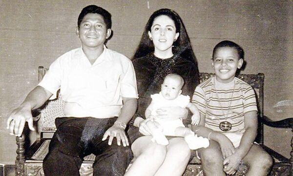 El 44 presidente de EEUU, Barack Obama, a los 9 años con su padrastro Lolo Soetoro (a la izquierda), hermana Maya Soetoro y madre Ann Dunham (en el centro), 1970. - Sputnik Mundo