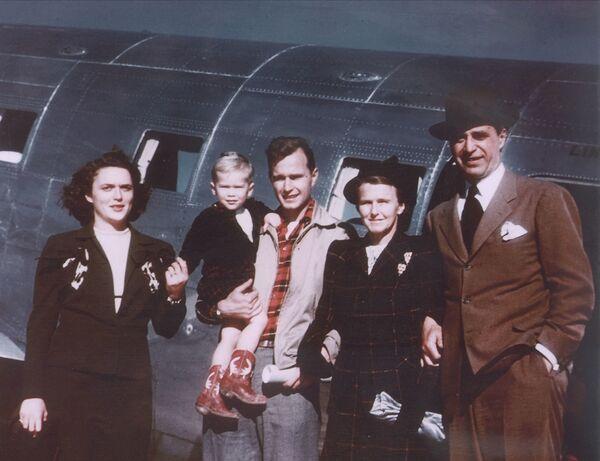El 43 presidente de EEUU, George W. Bush, con sus padres, Bárbara Bush (a la izquierda en la foto) y George Bush, el entonces gobernador de Texas, su abuela Dorothy Bush y su abuelo Prescott Bush, exsenador en la ciudad de Midland, Texas, 1948. - Sputnik Mundo
