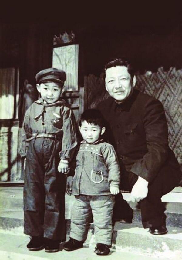 El secretario general del Partido Comunista de China, Xi Jinping, con su padre y hermano menor, 1958. - Sputnik Mundo