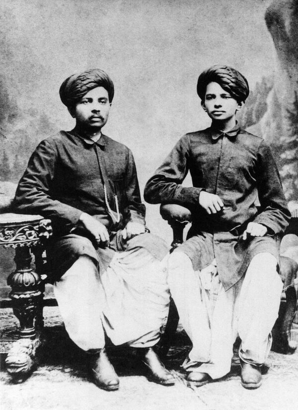 El político indio Mahatma Gandhi (a la derecha en la foto) con su hermano, 1886. - Sputnik Mundo