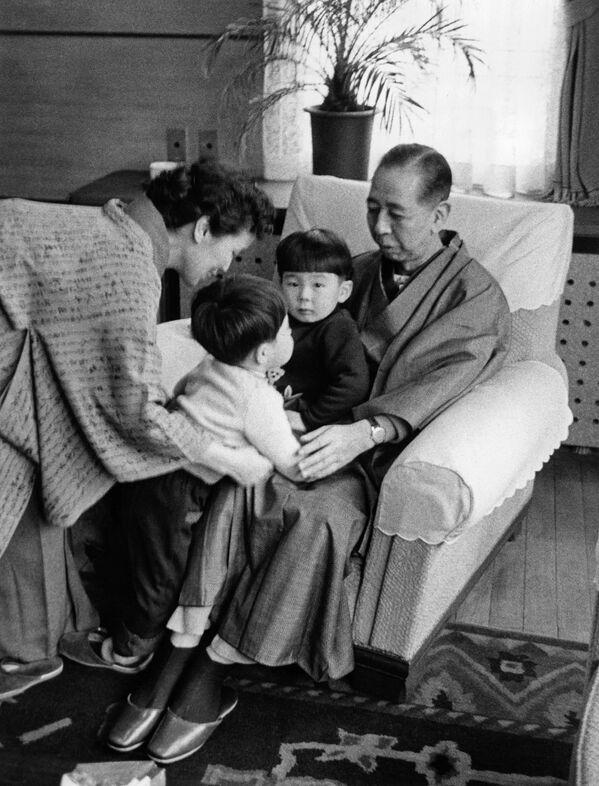 El ex primer ministro de Japón Shinzo Abe (el segundo a la izquierda) con su abuelo, primer ministro Nobusuke Kishi, abuela Ryoko Kishi y su hermano mayor Hironobu, 1960. - Sputnik Mundo