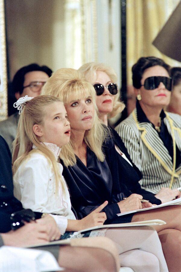 La hija del 45 presidente de EEUU, Donald Trump, Ivanka Trump, con su madre Ivana en un desfile de moda en Nueva York, 1991. - Sputnik Mundo