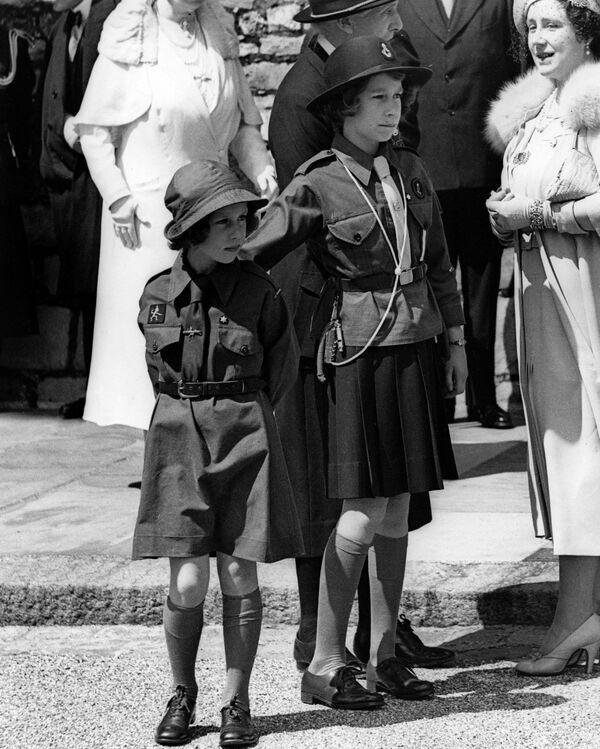 La futura reina británica, princesa Isabel (a la derecha) con su hermana menor Margaret en el castillo de Windsor en el condado de Berkshire, el Reino Unido, 1938. - Sputnik Mundo