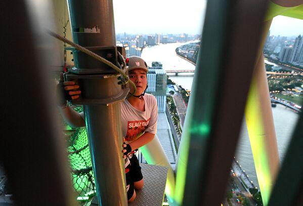 Es la torre más alta de China. Mide casi 600 metros. Se construyó durante los Juegos Asiáticos de 2010.En la foto, un visitante. - Sputnik Mundo