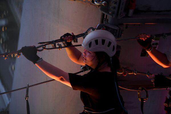 La atracción está situada a 298 metros. En la foto, un visitante se prepara para pasar por la cuerda con arnés. - Sputnik Mundo