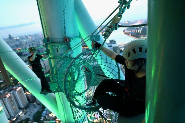 Uno de los visitantes del parque de atracciones de la Canton Tower. - Sputnik Mundo