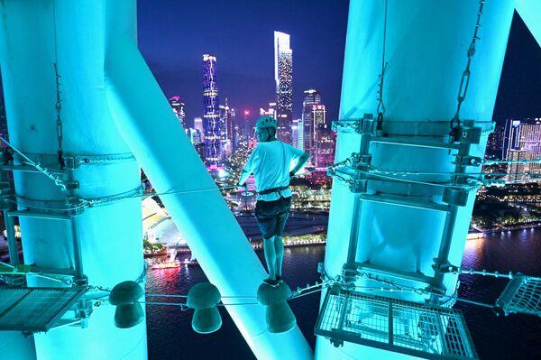 Un visitante en una pista de obstáculos en la torre de telecomunicaciones de la ciudad de Guangzhou - Sputnik Mundo