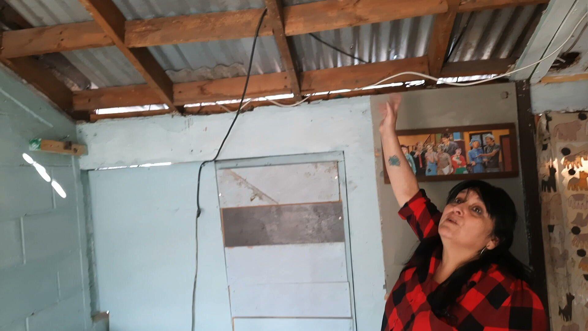 Erika muestra como la Policía destruyó el techo de su casa buscando armamento - Sputnik Mundo, 1920, 01.06.2021