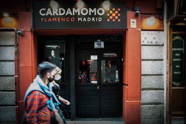 Gente paseando por delante del tablao flamenco Cardamomo, en el centro de Madrid - Sputnik Mundo