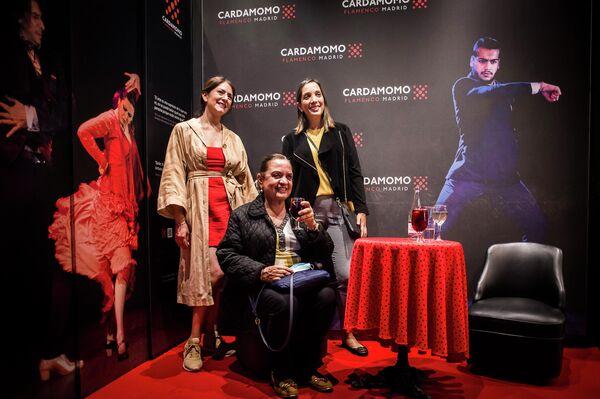 Asistentes al tablao flamenco Cardamomo, del centro de Madrid, haciéndose una foto en el vestíbulo - Sputnik Mundo