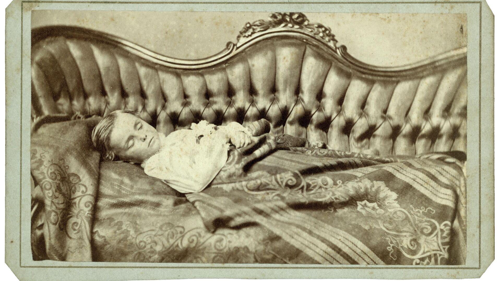 Retrato de un niño fallecido en un elegante sofá - Sputnik Mundo, 1920, 02.06.2021