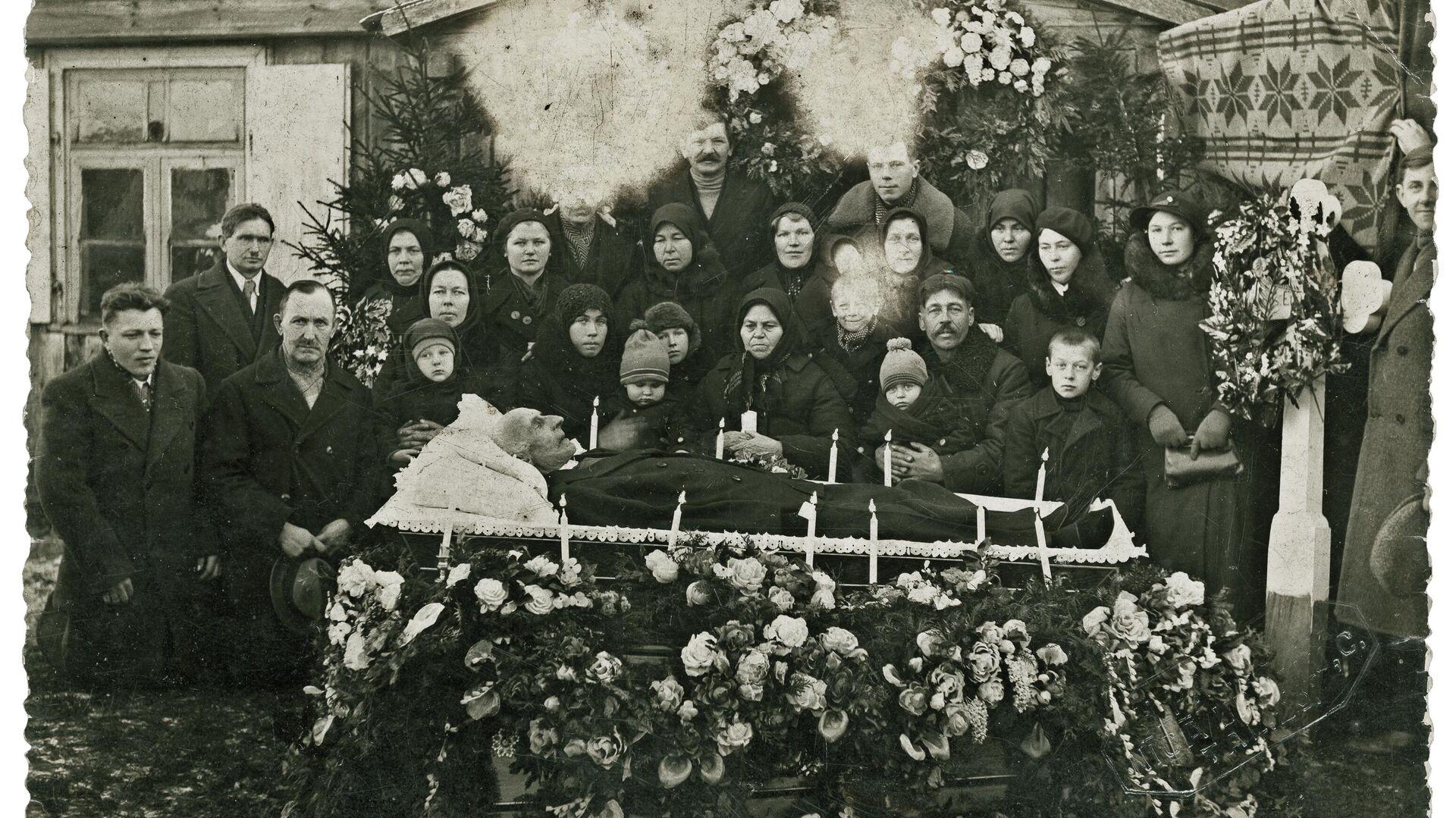 Difunto con miembros de su familia - Sputnik Mundo, 1920, 05.06.2021