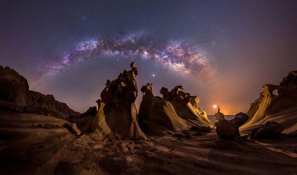 Titulada Night lovers, esta foto de Mohammad Hayati retrata la Vía Láctea en la costa del golfo Pérsico en Irán en una noche de primavera. - Sputnik Mundo