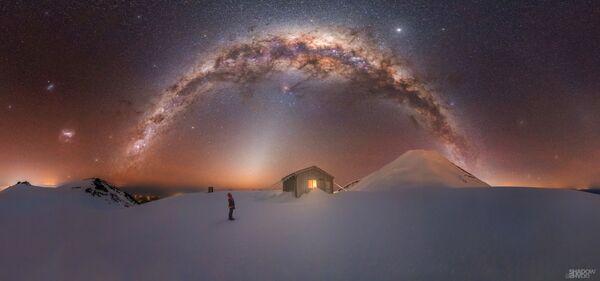 Para tomar esta foto titulada Mt. Taranaki Milky Way, Larryn Rae tuvo que enfrentarse a vientos tormentosos y temperaturas de menos 15 grados durante una escalada de cuatro horas. - Sputnik Mundo