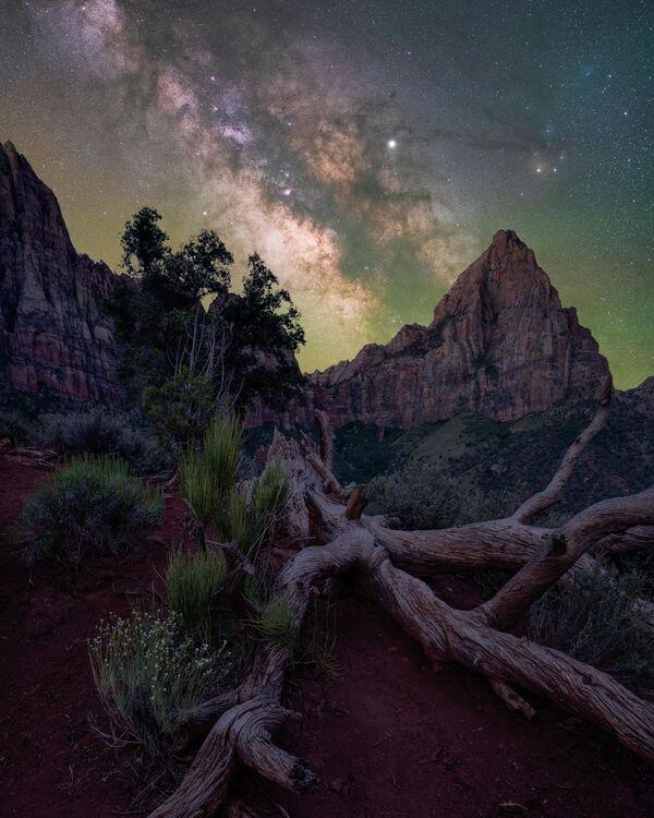 The Watchman de Brandt Ryder fue capturada en el Parque Nacional Zion, en el estado de Utah (EEUU). En la toma, además de nuestra galaxia, se ve una de las principales atracciones del lugar: el pico The Watchman. - Sputnik Mundo