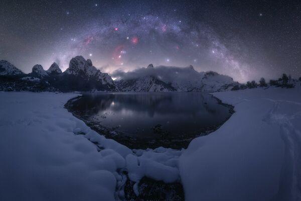 La obra Riaño, del fotógrafo Pablo Ruiz, se registró en la localidad española homónima. La principal dificultad fue el frío penetrante que hizo que se congelara no solo el fotógrafo, sino también la lente de su cámara. - Sputnik Mundo