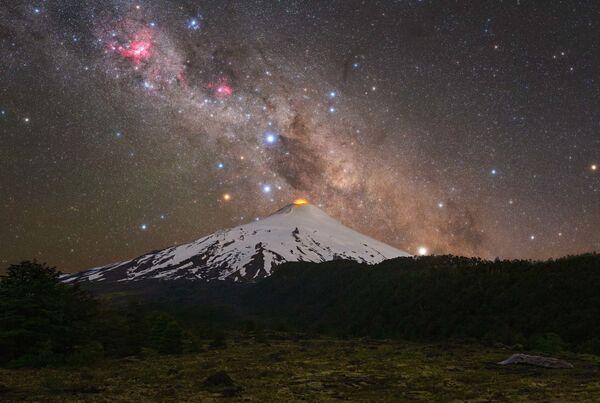 La foto Volcano and cross de Tomas Slovinsky fue tomada sobre el volcán Villarrica en Chile. Muestra la constelación de la Cruz del Sur, la nebulosa oscura Saco de Carbón y la nebulosa de la Quilla. - Sputnik Mundo