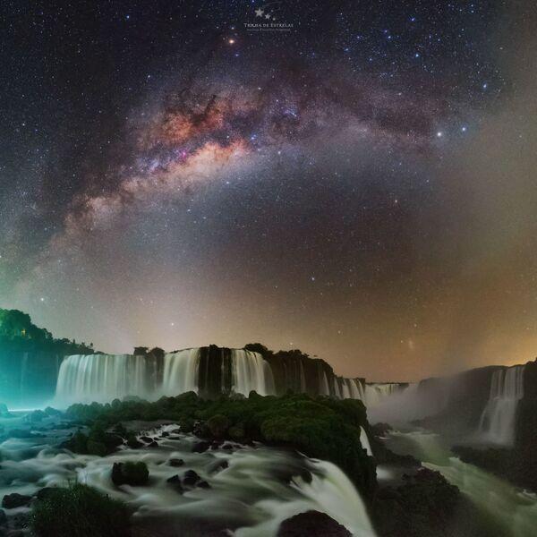 Para tomar la foto Devil's throat, el fotógrafo Víctor Lima se dirigió al lado brasileño de las Cataratas del Iguazú. Para registrar la imagen tuvo que caminar por el parque nacional durante la noche sabiendo que allí habitan varios jaguares. - Sputnik Mundo