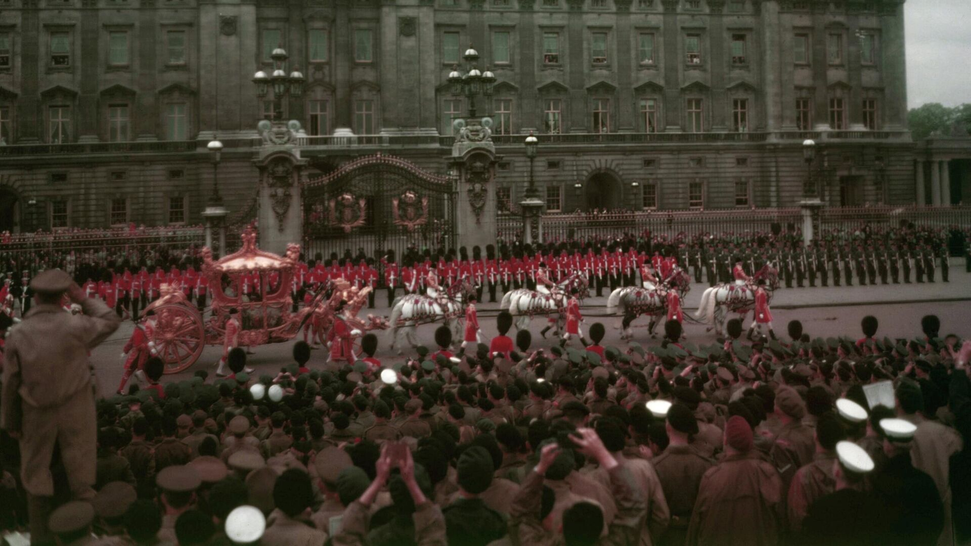 El carruaje de la reina Isabel II pasa por el Palacio de Buckingham al comienzo del viaje procesional a la Abadía de Westminster para la ceremonia de coronación el 2 de junio de 1953 - Sputnik Mundo, 1920, 02.06.2021