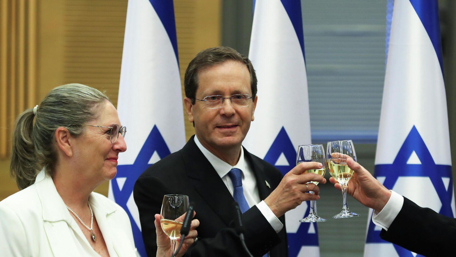 Isaac Herzog y su mujer Michal celebran su elección como presidente de Israel - Sputnik Mundo, 1920, 02.06.2021