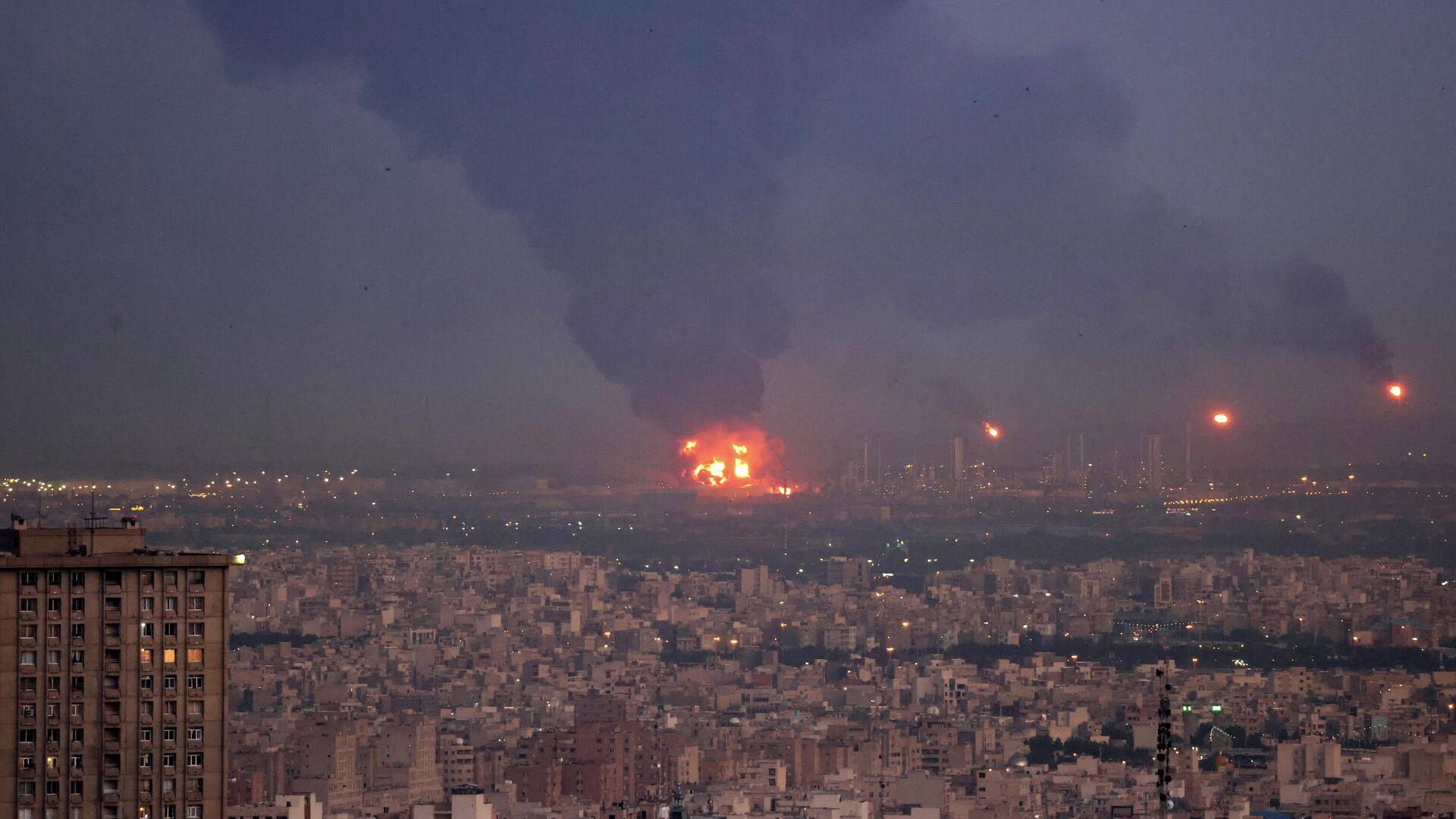 Un fuerte incendio en una refinería en Irán - Sputnik Mundo, 1920, 02.06.2021