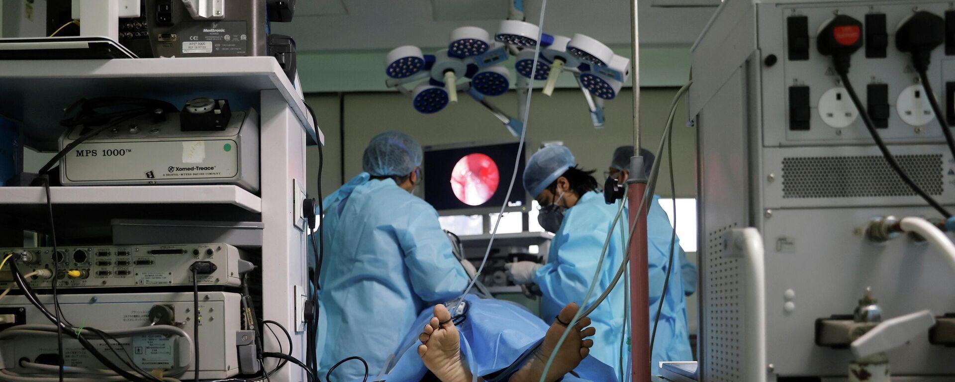 Médicos realizan una endoscopia a un paciente con hongo negro o mucormicosis en Nueva Deli, India - Sputnik Mundo, 1920, 02.06.2021