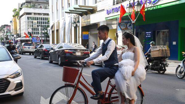 Жених и невеста на велосипеде в Ханое  - Sputnik Mundo
