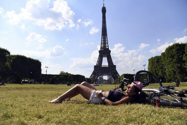 Hoy en día, la bicicleta se ha convertido en uno de los medios de transporte más populares y ecológicos. Además, durante la pandemia muchos la ven como una gran manera de mantener el cuerpo en forma. En la foto: una chica con su bicicleta cerca de la torre Eiffel en París.  - Sputnik Mundo