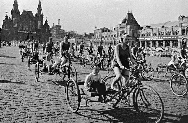 En el siglo XX comenzó la producción en masa de bicicletas. En la foto: un desfile deportivo de bicicletas en la Plaza Roja en 1930.  - Sputnik Mundo