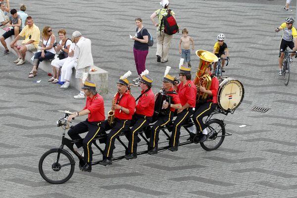 A lo largo de los años, el interés por el ciclismo ha experimentado picos y caídas. En la foto: varios músicos tocan sus instrumentos montados en una bicicleta en el centro de Róterdam.  - Sputnik Mundo