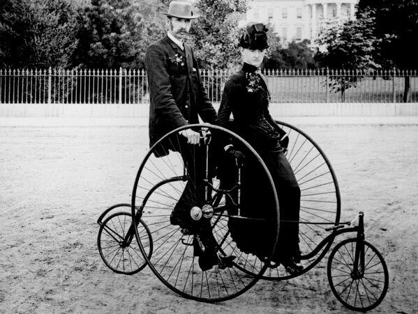 Una pareja en una bicicleta de cuatro ruedas frente a la Casa Blanca, 1886.  - Sputnik Mundo