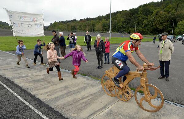 Desprenderse de una bicicleta es increíblemente difícil. El exciclista belga Eddy Planckaert siguió asombrando a los aficionados incluso después de haber terminado su carrera deportiva, estableciendo dos récords en una bicicleta de madera en 2015.  - Sputnik Mundo