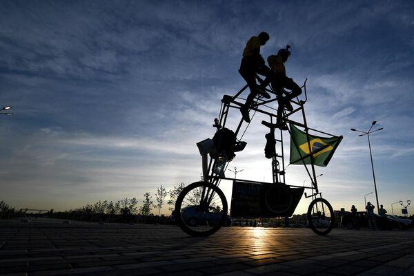 El brasileño Elías de Souza diseñó una bicicleta de dos pisos para los aficionados al fútbol como él. La bicicleta casera de tres metros de altura fue exhibida en la ciudad rusa de Rostov en la víspera del partido entre Brasil y Suiza en el Mundial de fútbol celebrado en Rusia el 2018. - Sputnik Mundo