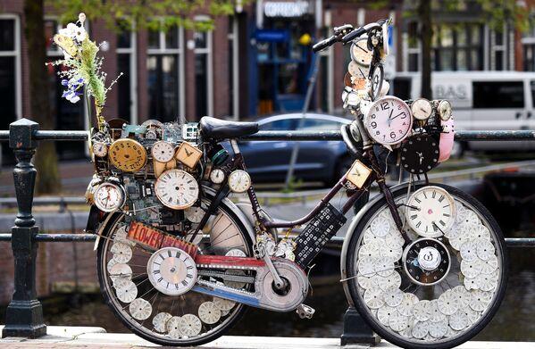 La bicicleta es un símbolo del transporte amigable con el medioambiente y por eso se ha convertido en el principal medio de transporte en muchas ciudades del mundo. En la foto: una inusual bicicleta en una calle de Ámsterdam.  - Sputnik Mundo