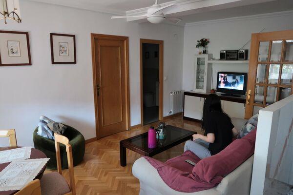 Salón de un piso compartido de Usera, en Madrid - Sputnik Mundo