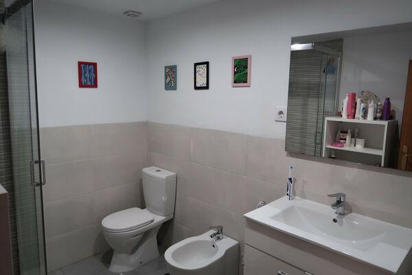 Baño compartido de un piso de Usera, en Madrid - Sputnik Mundo